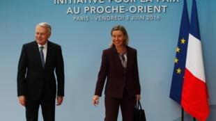 Французский министр иностранных дел Ж.-М. Эро и верховный представитель ЕС по иностранным делам Фрадерика Могерини перед началом конференции