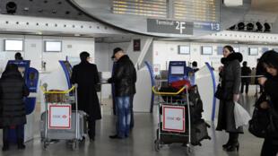 Hall do aeroporto Paris-Charles de Gaulle, que terá trem expresso para Paris em 2024.