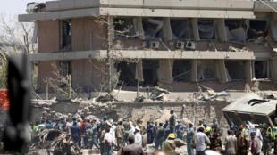 Fachada da embaixada alemã em Cabul, no Afeganistão, depois da explosão