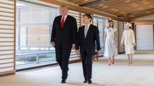 Tổng thống Mỹ Donald Trump (T) và Nhật Hoàng Naruhito tại Hoàng Cung, Tokyo, ngày 27/05/2019