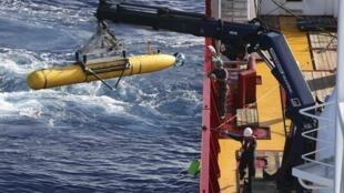 Tàu lặn Bluefin - 21 được đưa xuống biển Ấn Độ Dương để tìm kiếm hộp đen chiếc Boeing 777 của Malaysia Airlines bị mất tích (ảnh chụp ngày 17/04/2014)