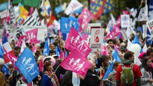 Les partisans du mouvement «La Manif pour tous» lors d'une manifestation à Paris, le 5 octobre 2014