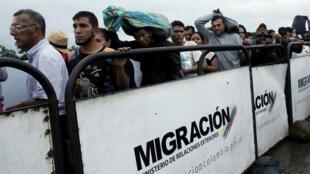 Des personnes font la queue pour tenter de passer du Venezuela à la Colombie via le pont international Simon Bolivar à Cúcuta, le 13 févrirer 2018.