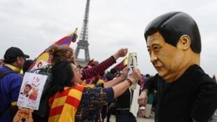 Cộng đồng Tây Tạng và Duy Ngô Nhĩ biểu tình tại Paris phản đối chế độ Bắc Kinh, 24/03/2019. Trong ảnh, một người mang hình nộm lãnh đạo Trung Quốc Tập Cận Bình