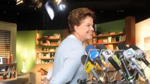 A candidata do PT à Presidência da República, Dilma Rousseff, vistoria cenário onde gravou programa eleitoral