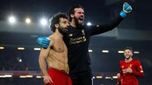 Mohamed Salah célèbre le deuxième but de Liverpool avec Alisson, lors de la victoire contre Manchester United à Anfield, le 19 janvier 2020.