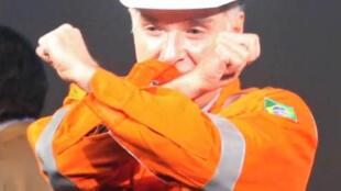 """Eike Batista faz o legendário """"X"""" com as mãos em maio de 2013 durante o anúncio da venda de parte de um dos campos de exploração de óleo na costa do Brasil para uma petroleira da Malásia."""