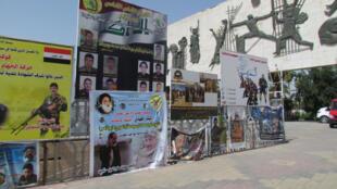 Les rues de Bagdad sont couvertes de panneaux à la gloire de la mobilisation populaire ou à la gloire des milices qui cherchent à recruter. Parmi les panneaux, des affiches des martyrs, des hommes morts au combat contre l'EI.