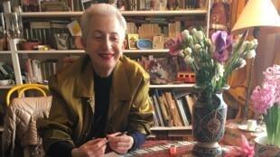 A escritora, dramaturga e professora Hélène Cixous, em seu apartamento do 14° distrito de Paris, em 22 de março de 2018.
