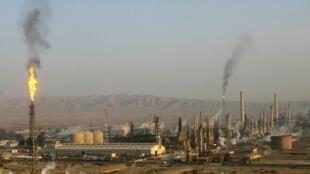 Không quân Pháp bắt đầu nhắm vào các nhà máy lọc dầu hầu làm vơi cạn nguồn tài chính của Daech - REUTERS /Thaier al-Sudani