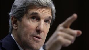 John Kerry foi recebido em Londres pelo embaixador norte-americano Louis Susman na noite desse domingo.