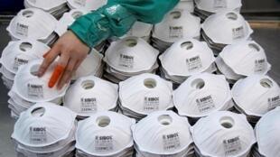 Masana'antar sarrafa kyallayen rufe baki da hanci a Shangai, China, 31 janairur 2020.