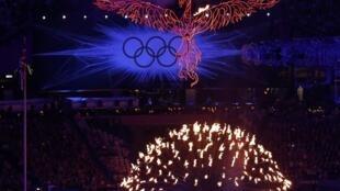 Bế mạc 12/08/2012 : Ngọn lửa olympic Luân Đôn tắt, nhưng lại tiếp tục bay lên qua hình tượng chim phượng hoàng hồi sinh từ đống tro tàn.