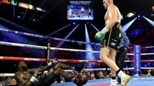 L'Américain Deontay Wilder (g) à terre lors de sa défaite contre le Britannique Tyson Fury à Las Vegas (Etats-Unis), le 22 février 2020