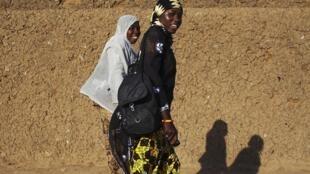 Deux élèves sur le chemin de l'école, à Gao, le 25 février 2013.