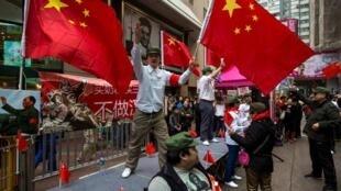 Người Hoa lục biểu tình tại Hồng Kông, chống lại một cuộc tập hợp của người Hồng Kông phản đối du khách Trung Quốc, 16/03/2014.