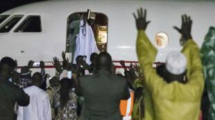 Yahya Jammeh salue pour la dernière fois ses partisans avant de rentrer dans l'avion du président Alpha Condé, à l'aéroport de Banjul le 21 janvier 2017.