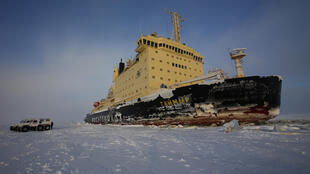 O primeiro lote de matérias-primas no valor de 16 mil toneladas foi enviado para os consumidores europeus por 2 navios-tanque acompanhados por um quebra-gelo passando pelo norte da Rússia..