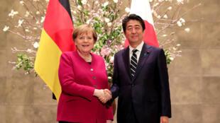 Thủ tướng Nhật Bản Shinzo Abe (P) đón tiếp đồng nhiệm Đức Angla Merkel tại nhà riêng, Tokyo, ngày 04/02/2019