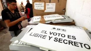 Un employé de l'Institut national électoral mexicain prépare le matériel de vote qui sera envoyé dans les différents bureaux du pays, le 25 juin 2018.