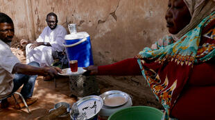 Raouda vend son thé dans le quartier de l'université à Khartoum.