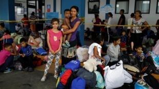 Família de venezuelanos espera para entrar no Peru, um dos países que mais recebem migrantes da Venezuela (17/06/2019).