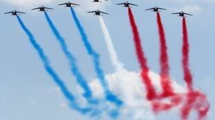 Выступление пилотажной группы Patrouille de France на легких самолетах «Альфа Джет» в день открытия 51-го Paris Air Show в Ле Бурже