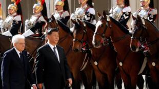 中国国家主席习近平与意大利总统马塔雷拉22日检阅仪仗队