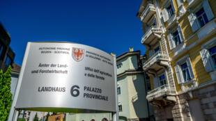 Un panneau en allemand et en italien visible devant le bâtiment de l'administration régionale, à Bolzano, dans la province du Tyrol-du-Sud ou Haut-Adige, en Italie. Près de 70% de la population y parle allemand.