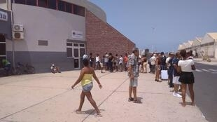 Passageiros na agencia Cabo Verde Interilhas em S.Vicente