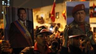 Partidários de Hugo Chávez homenageiam o presidente após receberem a notícia de sua morte, diante do hospital militar onde ele estaa sendo tratado em Caracas, nesta terça-feira 5 de março de 2013.