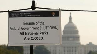 Shutdown oblige, un écriteau prévient les visiteurs de la fermeture de tous les parcs nationaux, dont le fameux National Mall à Washington.