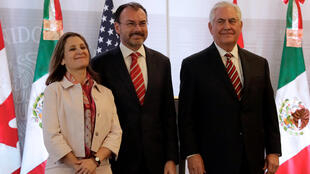 Các ngoại trưởng Canada Chrystia Freeland (T) Mêhicô, Luis Videgaray, và Mỹ, Rex Tillerson (P) chụp ảnh trước cuộc họp báo tại Mêhicô City, ngày 02/02/2018.