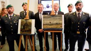 Cảnh sát tài chính Ý trưng bày hai bức họa của Van Gogh được tìm thấy tại nhà của một trùm ma túy, ở Camorra, Napoli, Ý, ngày le 30/09/2016.