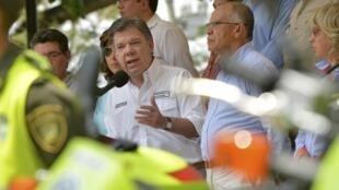 El presidente Juan Manuel Santos en el momento de anunciar la destitución del general Leonardo Barrero en Sincelejo, el 18 de febrero de 2014.