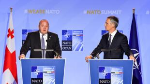 Президент Грузии Георгий Маргвелашвили и генсек НАТО Йенс Столтенберг на саммите альянса в Брюсселе