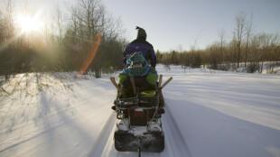 Un trappeur sur sa moto neige (Image d'illustration).