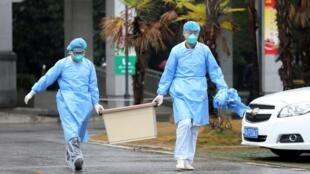 手提密封匣子的為武漢金銀潭醫務人員。