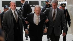 Le producteur américain Harvey Weinstein lors de son arrivée pour l'ouverture de son procès, le 23 janvier 2020.