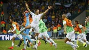 Argelinos comemoram classificação inédita para oitavas de final de uma Copa.