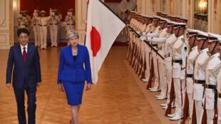 Thủ tướng Nhật Shinzo Abe (T) đón đồng nhiệm Anh Theresa May, tại Tokyo, ngày 31/08/2017.
