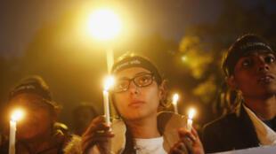 Mulheres homenageiam vítima do estupro coletivo em Nova Délhi, em dezembro de 2012