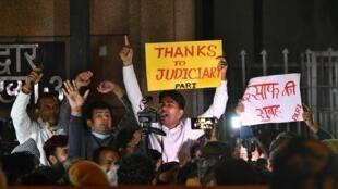 در دهلی نو گروهی از مردم با انجام تظاهرات از اجرای احکام اعدام ابراز خرسندی میکنند