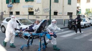 À Naples, une équipe médicale prend en charge un patient, le 2 avril 2020.