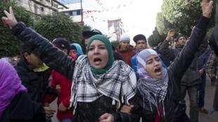 População saiu às ruas na Tunísia após o assassinato de um líder da oposição.