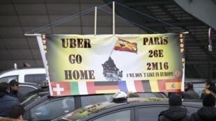 Movimento de protesto de taxistas anti-empresa de transporte particular, Uber, bloqueando a porta de Maillot em Paris, a 26 de janeiro de 2016.