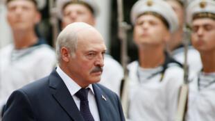 Лукашенко готов направить в Донбасс 10 000 миротворцев, у белорусского минобороны их пока только 100.