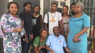 La famille de Rossy Mukendi aux abords de l'avenue de l'Hôtel de ville de Kinshasa après avoir été à la morgue, le 7 avril 2018.