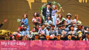 """Cartaz no Teatro do Chatelet em Paris do musical """"My Fair Lady""""."""