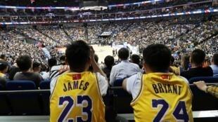 中国球迷观看10月10日在上海体育场举行的NBA季前赛